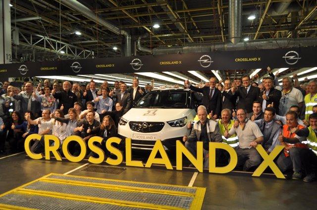 Directivos y empleados de Opel España celebran la producción del Crossland X.