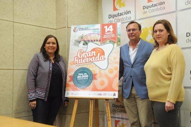 Carrillo (izda) y Palomares presentan la 'Gran huevada'