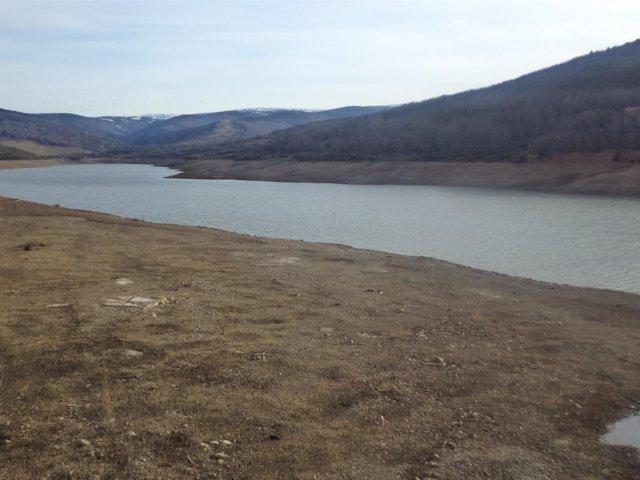 Embalse de Pajares (La Rioja) con escasez de agua
