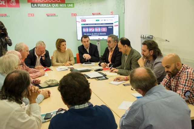 Diputados del PSOE reunidos con integrantes de la Mesa del Ferrocarril
