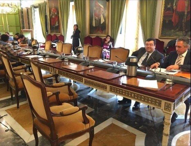 Los edles del PP de Oviedo abandonando el Pleno