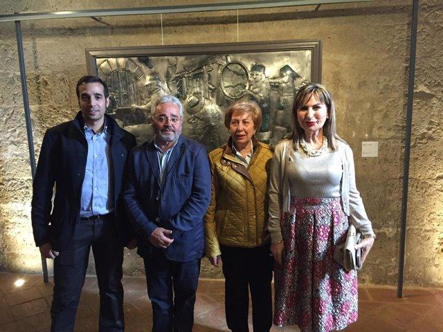 Familiares del autor, durante la inauguración.