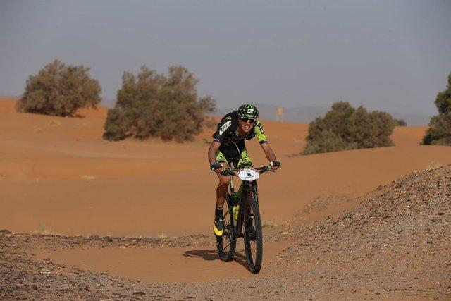 Roberto Bou arrasa en la tercera etapa hasta el liderato en la GAES Titan Desert