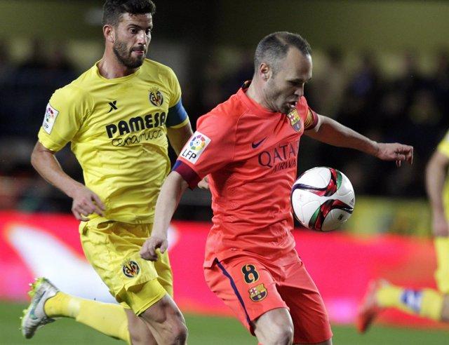 Musacchio pelea con Iniesta por un balón en El Madrigal