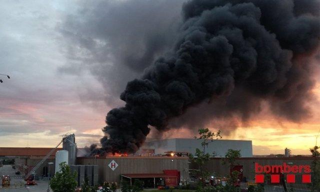 Incendio en una nave en Montornès del Vallès