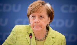 """Merkel cree que la victoria de Macron """"sería una buena señal para el centro"""""""