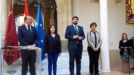 López Miras reclama al Gobierno central financiación, agua y mediación para el AVE y Corvera en su jura del cargo