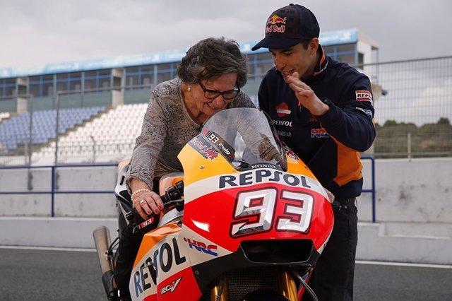 Marc Márquez enseña su moto a Paca