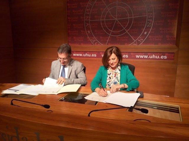 La consejera de Igualdad, María José Sánchez Rubio, y el rector de la UHU.
