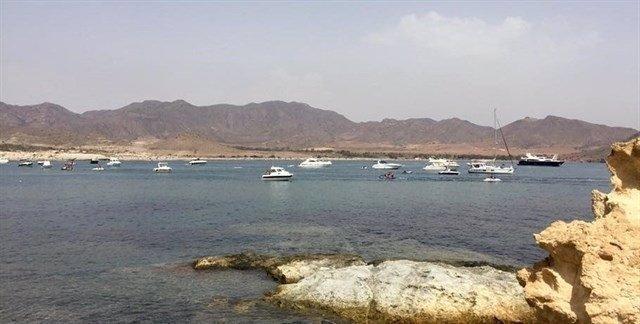 Embarcaciones frente a las playas del Parque Natural de Cabo de Gata-Níjar