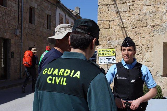 Un agente de la Guardia Civil y otro de la Gendarmería.