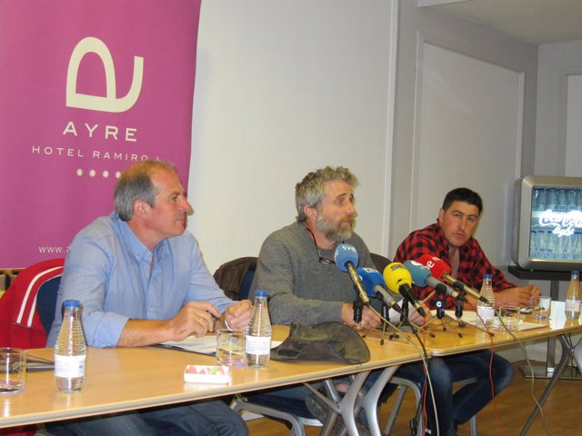 Representantes de Asturias Ganadera, con Xuan Valladares en el centro