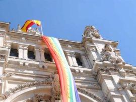 Una bandera arcoíris confeccionada por la ciudadanía con más de 100.000 lazos ondeará en Cibeles en el Orgullo