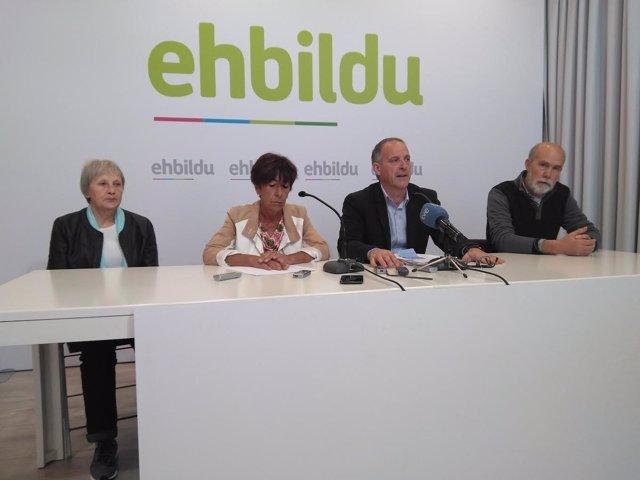 La alcaldesa de Ultzama y el portavoz de EH Bildu en la rueda de prensa