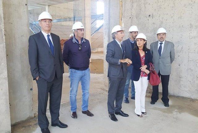 La subdelegada del Gobierno, Asunción Grávalos, en el puerto de Huelva.