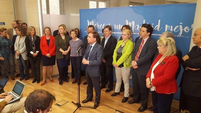 Martínez-Almeida con los ediles del PP en rueda de prensa