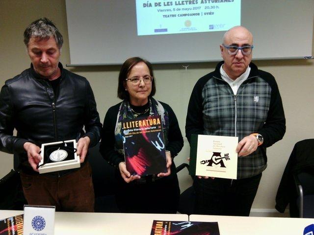 Por la izquierda, Manzano, Cano y Pedreira muestran los galardones.