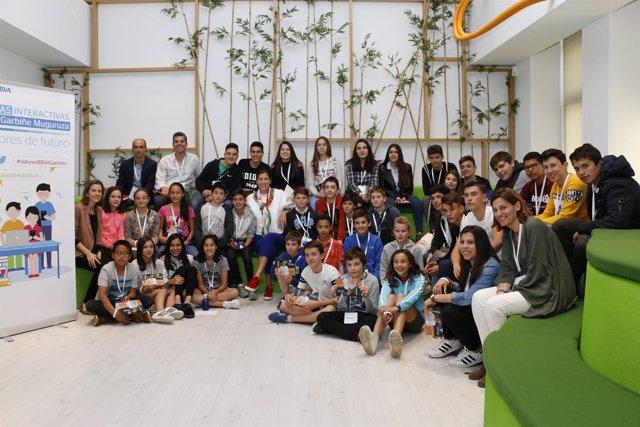 Garbiñe Muguruza con un grupo de escolares de las Aulas Interactivas de BBVA
