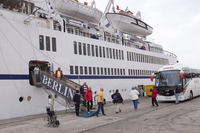Cruceristas bajando del buque Berlín en una anterior visita