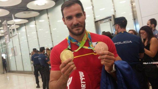 Saúl Craviotto llega a Madrid con sus dos medallas