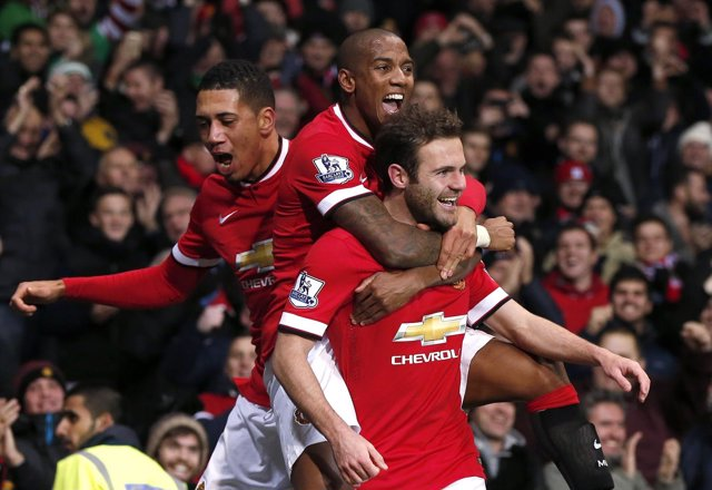 Juan Mata con Christopher Smalling y Ashley Young