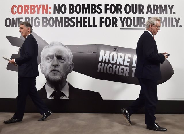 Philip Hammond y David Davis con cartel de campaña