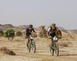 Fojtik vence en la etapa más rápida de la GAES Titan Desert y Bou retiene por poco el liderato
