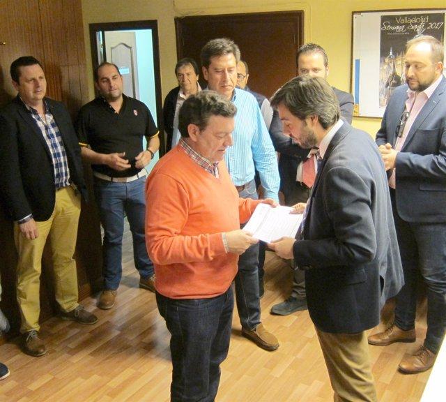 Borja García entrega sus avales en la sede del PP de Valladolid