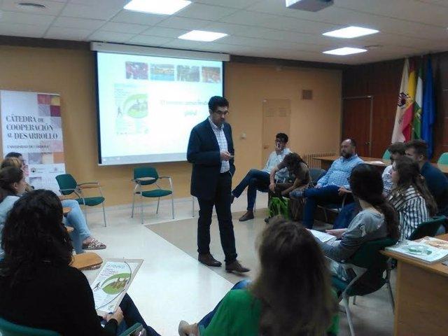 Un grupo de alumnos participa en el seminario