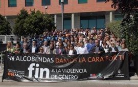 Concejales y vecinos de Alcobendas guardan un minuto de silencio por el doble asesinato en la localidad