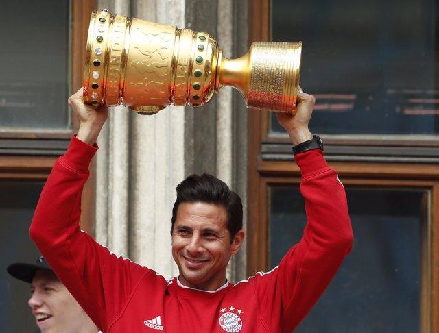 Claudio Pizarro, del Bayern Múnich, levanta el trofeo de la Copa de Alemania