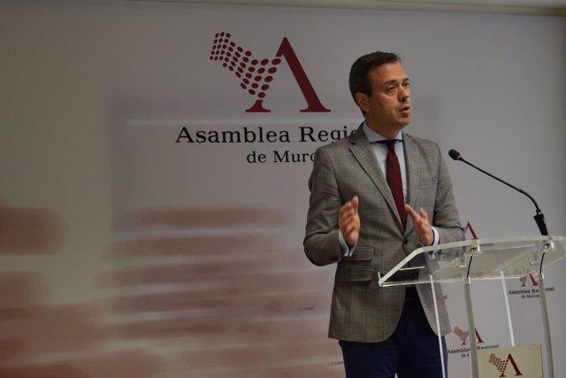 El diputado Marcos Ortuño, en la rueda de prensa