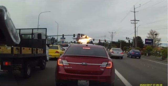 Un vídeo capta el momento de un aparatoso accidente de avioneta