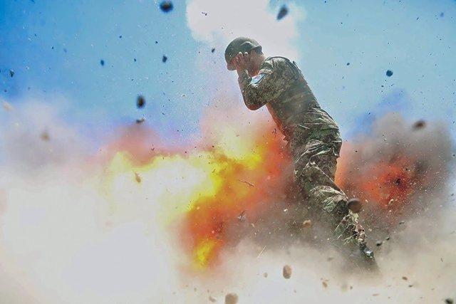 Explosión accidental de un mortero captada por la fotógrafa de combate H.Clayton