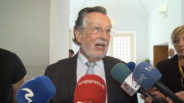 Alfonso Grau atiende a los medios