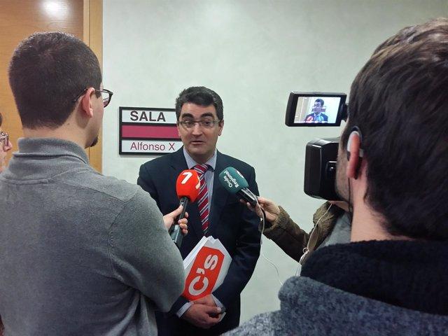 Miguel A. López-Morell atendiendo a los medios de comunicación