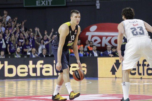Bogdan Bogdanovic defendido por Sergio Llull en el partido de Euroliga