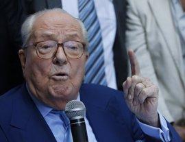 """Jean-Marie Le Pen dice que a su hija le faltó """"altura"""" en el debate con Macron"""