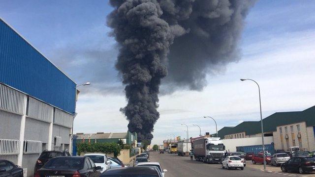 Imagen de la columna de humo generada en el incendio