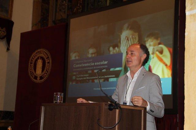 En la imagen aparece José Antonio Luengo, psicólogo, en su intervención