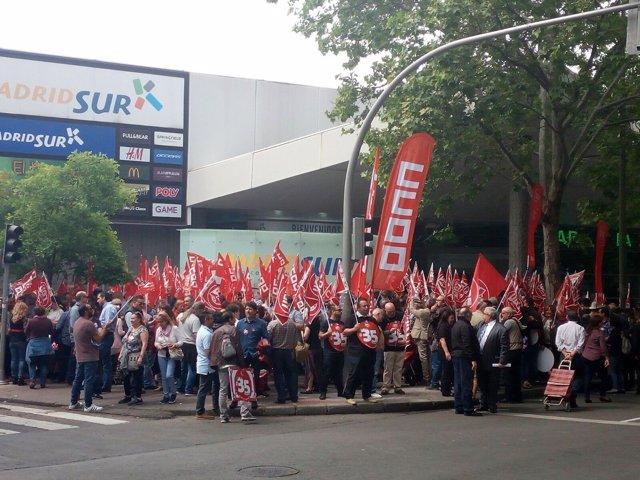 Delegados de CCOO y UGT frente a la Asamblea de Madrid