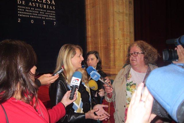 Patricia Urquiola, atendiendo a los medios