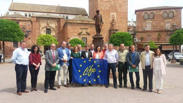 Fiscal (centro), con los firmantes del convenio en Montoro