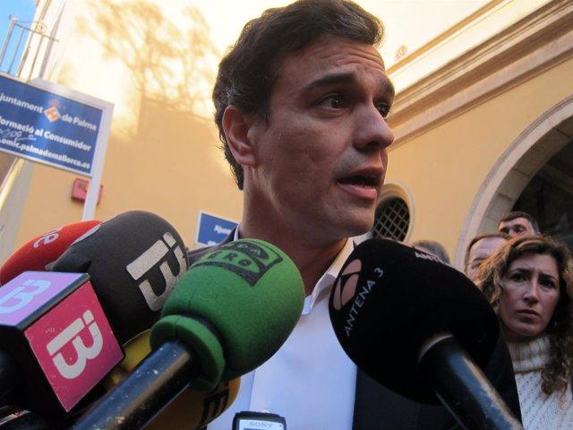 Pedro Sánchez atiende a los medios en Palma de Mallorca