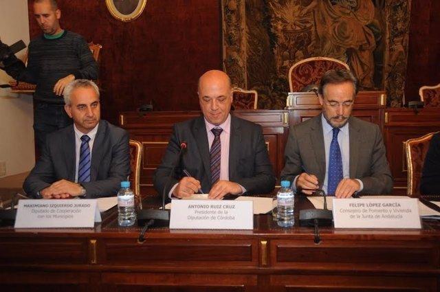 Antonio Ruiz (centro) y Felipe López (dcha.) firman el convenio de colaboración