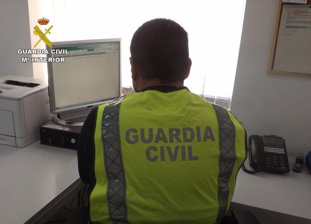Un guardia civil instruyendo diligencias