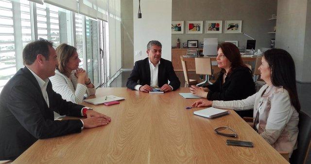 La portavoz del PP-A en el Parlamento se reúne con el rector de la UAL