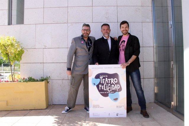 Miguel Ángel Cánovas, Francisco Viudes y Miguel Gálvez posan con el cartel