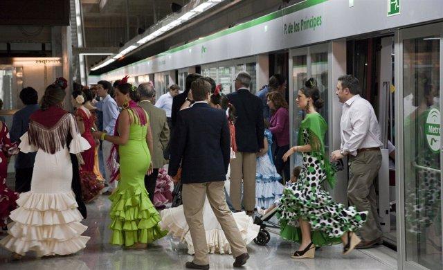 Usuarios del metro durante la Feria.