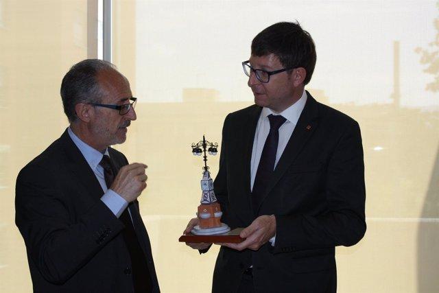 El alcalde de Mollet, Josep Monràs, con el conseller de Justicia, Carles Mundó